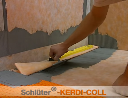 Plato de ducha a nivel de suelo con desagüe lineal a pared